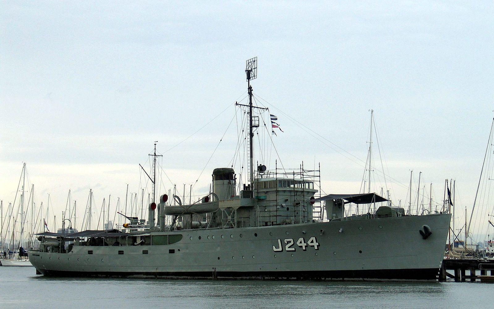 1599px-HMAS-Castlemaine-2.jpg